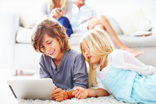kids-playing-with-ipad